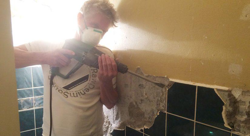 Abrucharbeiten in einem Badezimmer